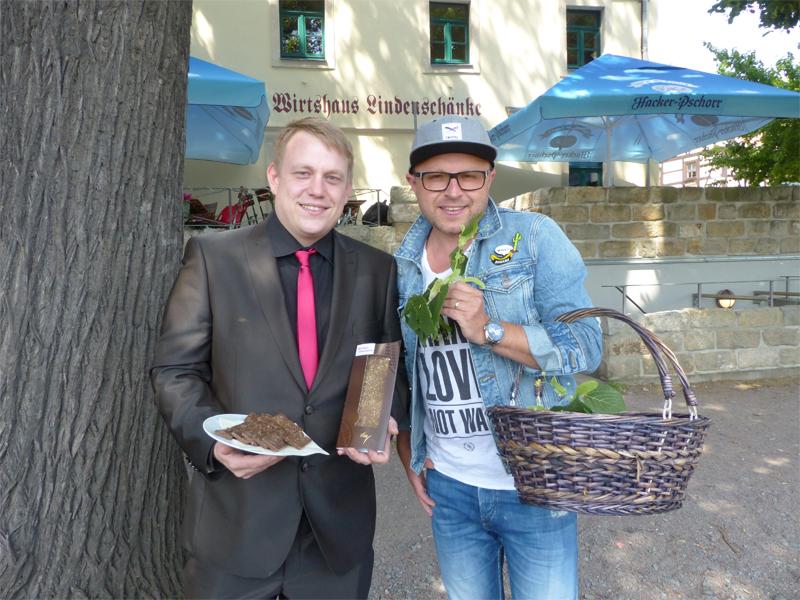 Die blühenden Lindenbäume im Garten des direkt an der Elbe gelegenen ...