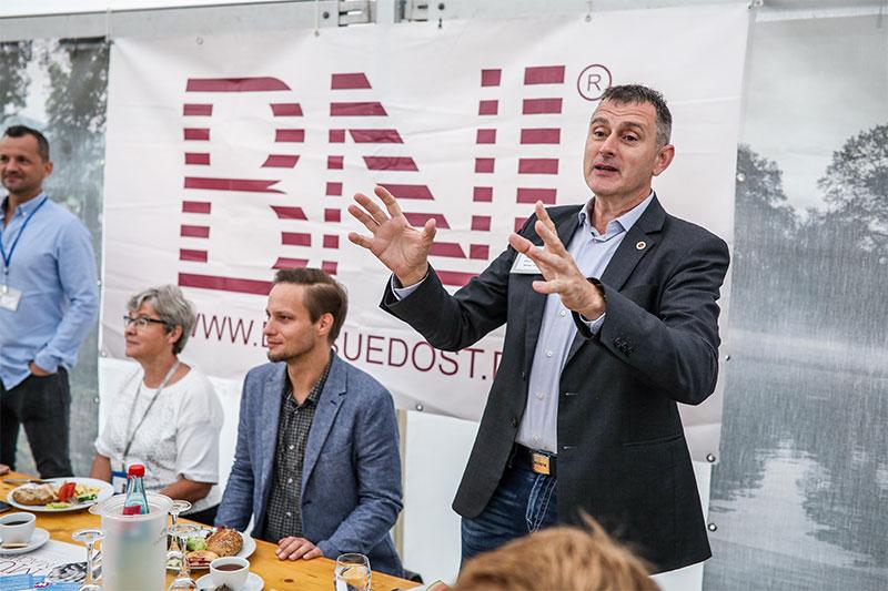 BNI-Südost-Generaldirektor Jens Fiedler hält begeistert eine Rede während der 3. Sächsischen Netzwerkwoche. Bildquelle: meeco Communication Services